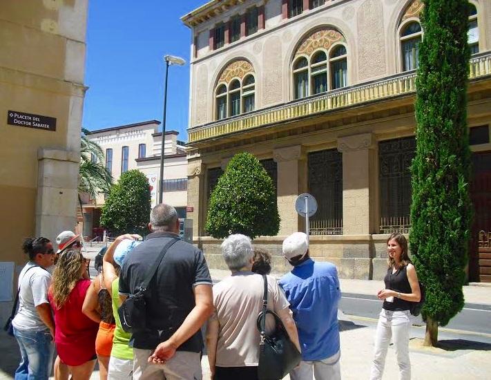 Grup amb guia de turisme